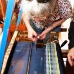 Ett av två besök på väveri: mamma klipper loss sin vävda duk
