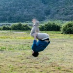 Upp och ner: min brors svåger gör en kullerbytta på gräset