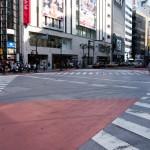 En av Tokyos många trevägskorsningar