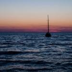 Segelbåt på Adriatiska havet efter solnedgången