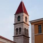 Kyrktorn på kyrka nära lägenheten i Zadar