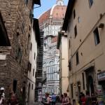 Il Duomo skymtas mellan hus i Florens