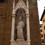 Staty i fasaden