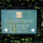 Skylt med texten Colle Verde Wine & Olive Oil