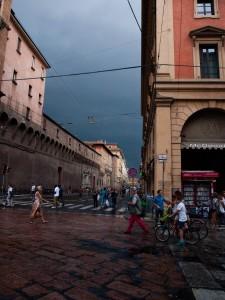 Mörk himmel över Bologna